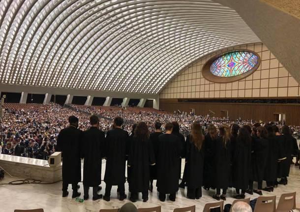 Papa Francesco: chi dimentica la morte già comincia a morire