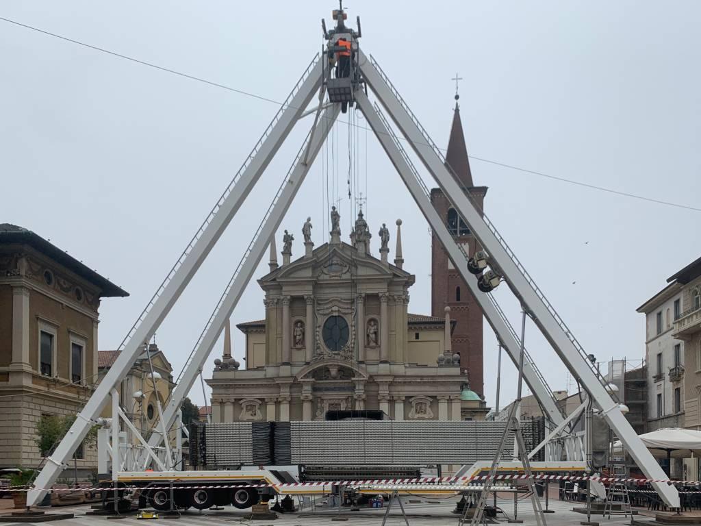 La costruzione della ruota panoramica a Busto