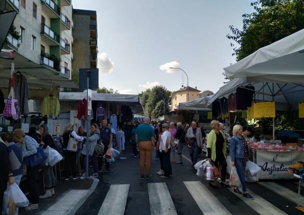 Mercato di Saronno, spostate le bancarelle in piazza dei Mercanti