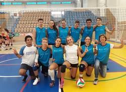 squadra vincitrice torneo europeo di volley insieme al liceo tosi