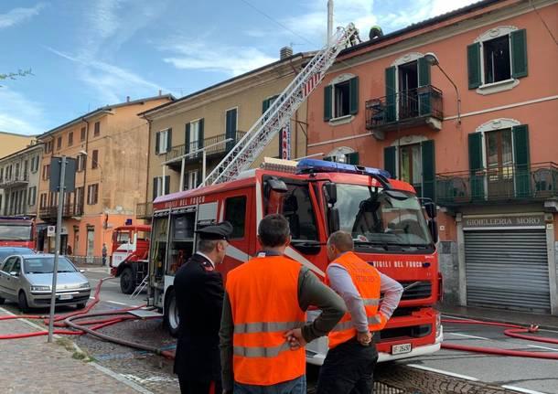 Tetto in fiamme in via Labiena a Laveno Mombello