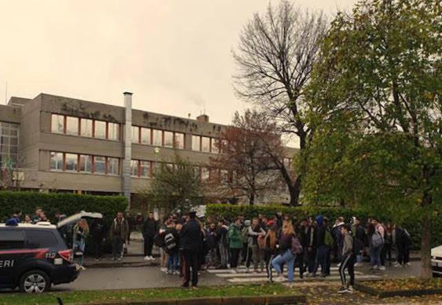 Droga, carabinieri in azione fuori dalle scuole