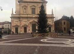 Il Natale si avvicina, albero e mercatini in Piazza Libertà