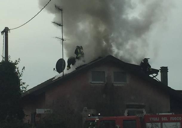 Angera, incendio tetto
