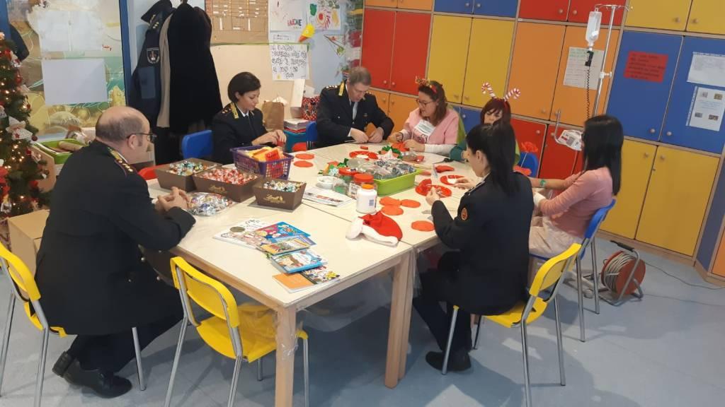 Visita natalizia alla pediatria di Varese della polizia locale