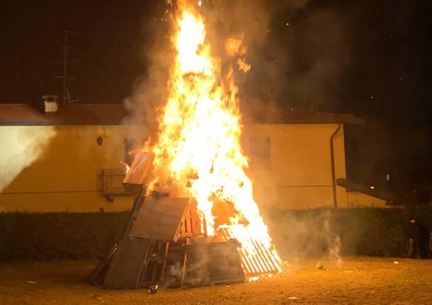 Brucia la gioeubia di Cardano al Campo