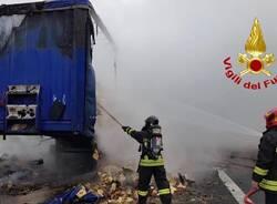 camion di biscotti a fuoco autostrada A4 rho arluno  2