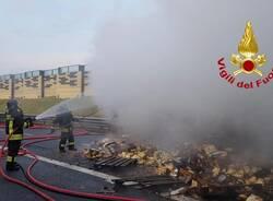 camion di biscotti a fuoco autostrada A4 rho arluno  3