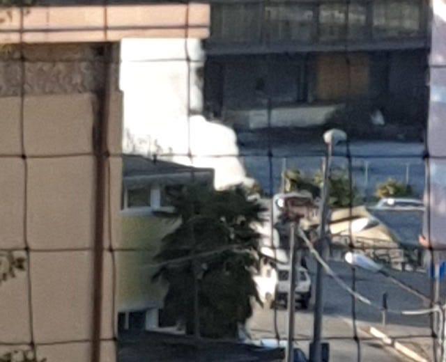Auto in fiamme alla rotonda dell\'ospedale