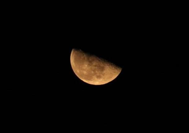 Una luna spettacolare da Busto Arsizio