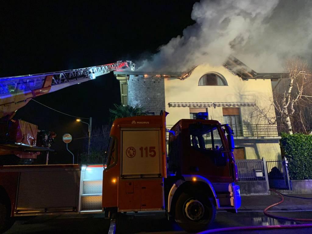 Casa in fiamme a Venegono Superiore