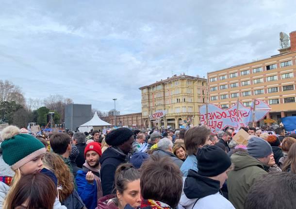 Le sardine varesine in piazza per la manifestazione di Bologna