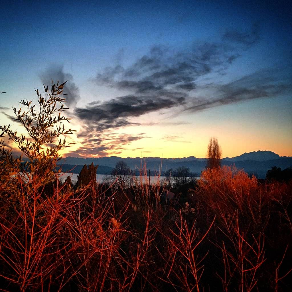 Il falò di Mustonate al tramonto