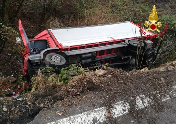 incidente a Cuvio ribaltamento camion