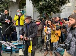 Le sardine in piazza a Varese