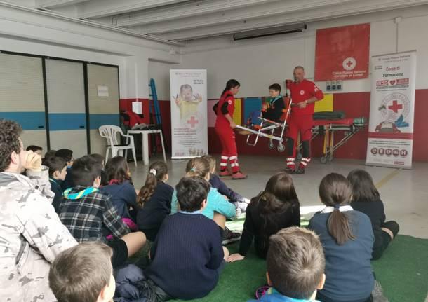 Giovani scout in visita alla Croce Rossa