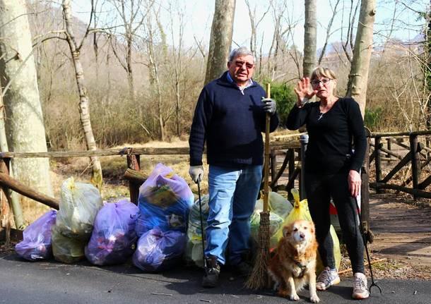 Arcisate: volontari ripuliscono l'area del laghetto Cicogna