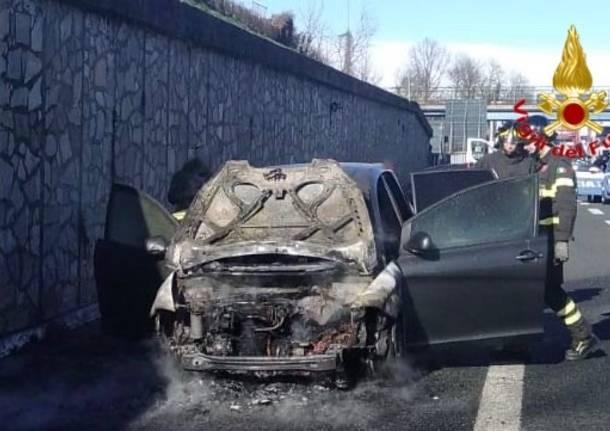 auto in fiamme in autolaghi