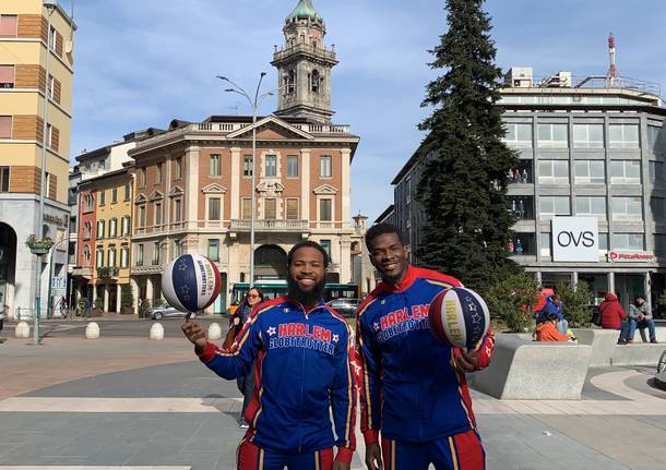 Due Harlem Globetrotters a spasso per Varese