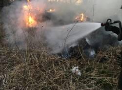 Incendio a Caronno Pertusella, sterpaglie in fiamme nella zona industriale