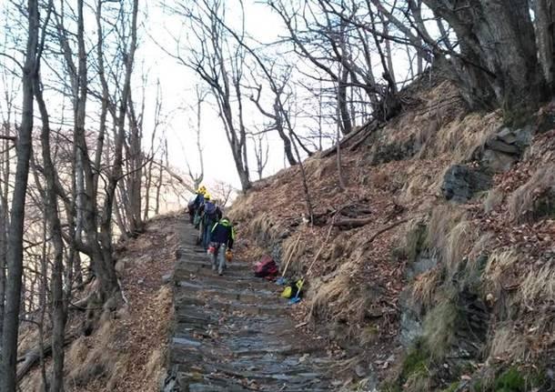 La pulizia della scalinata di Monteviasco