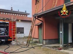 A fuoco il tetto di una casa a Tradate