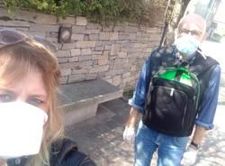 Sindaco e volontari distribuiscono mascherine