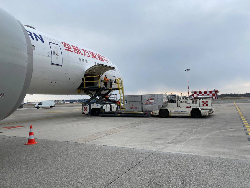 China Eastern Airlines atterra a Malpensa con gli aiuti contro il coronavirus