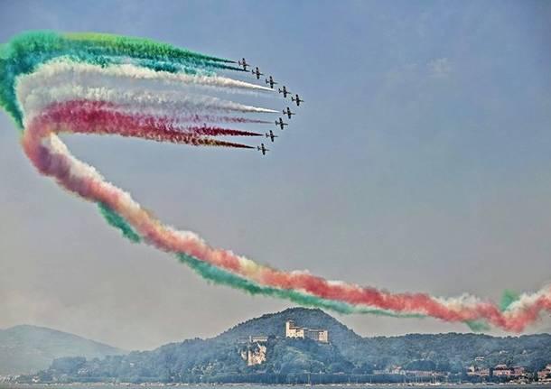 frecce tricolori sorvolano la Rocca di Angera - foto di Vito Skylife Larucci