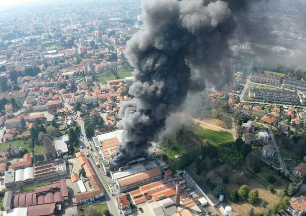Azienda in fiamme a Gallarate