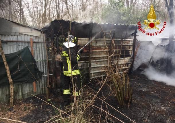 Intervento a cairate per fiamme in un capanno agricolo