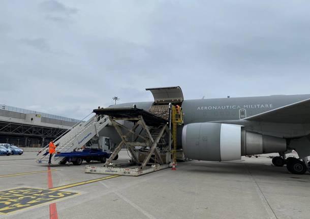 KC-767A dell'Aeronautica Militare atterra con un carico di mascherine