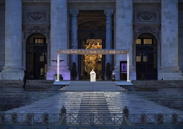 Papa Francesco in una piazza San Pietro deserta