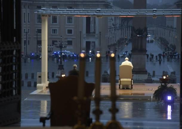 Papa Francesco prega in una Piazza San Pietro deserta