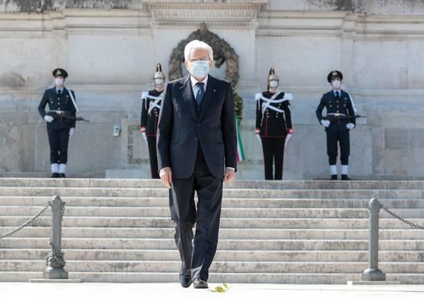 25 aprile: il presidente Mattarella da solo all'Altare della Patria