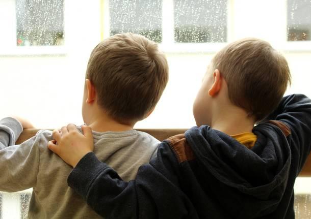 bambini finestra