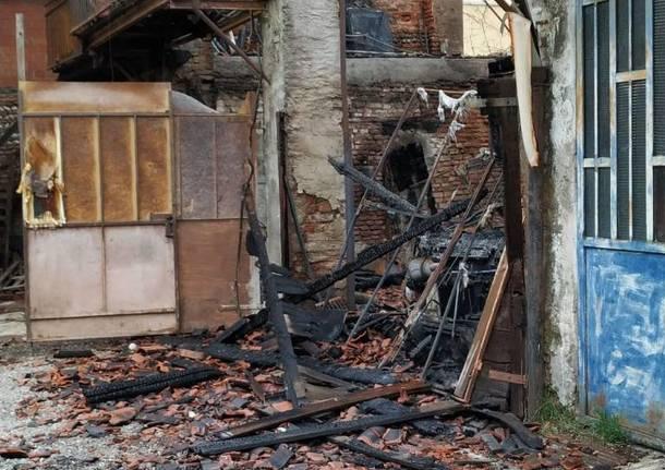 Caronno Pertusella, i danni dell'incendio al cascinale in via Adua