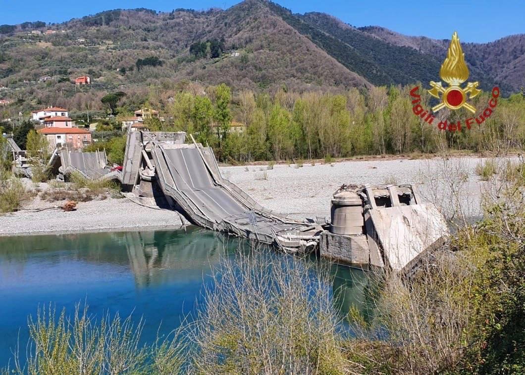 Crolla il ponte sul Magra tra Liguria e La Spezia
