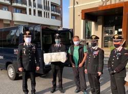 Carabinieri distribuiscono aiuti alimentari - Spitz