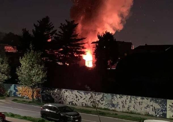L'incendio a Caronno Pertusella