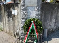 Le corone di fiori deposte a Casciago e Morosolo: una è stata rubata