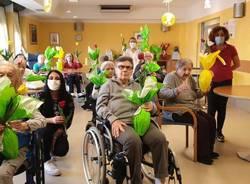 Uova di Pasqua, tulipani e tablet in dono agli anziani della RSA Corte Cova di Caronno Pertusella