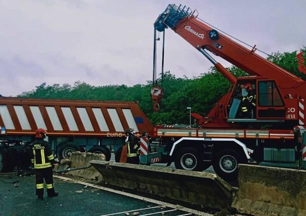 Camion sfonda le barriere in 336
