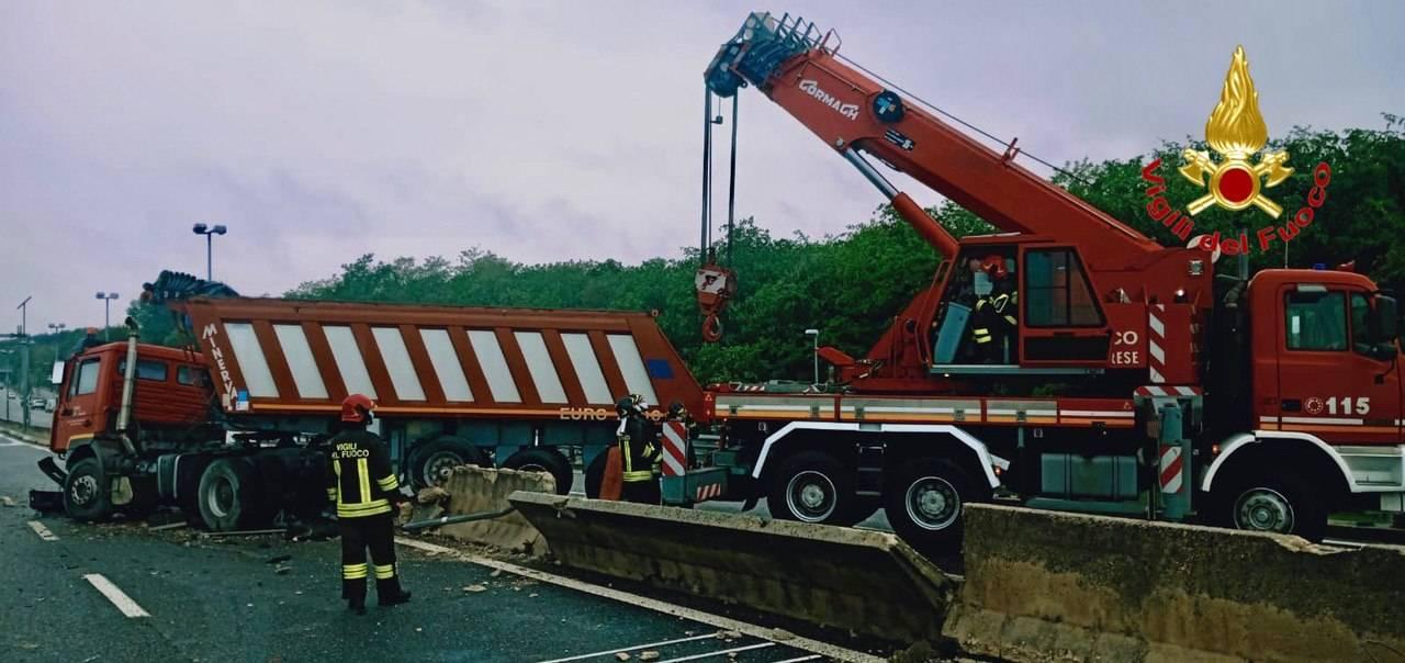 Camion sfonda sfonda le barriere in 336