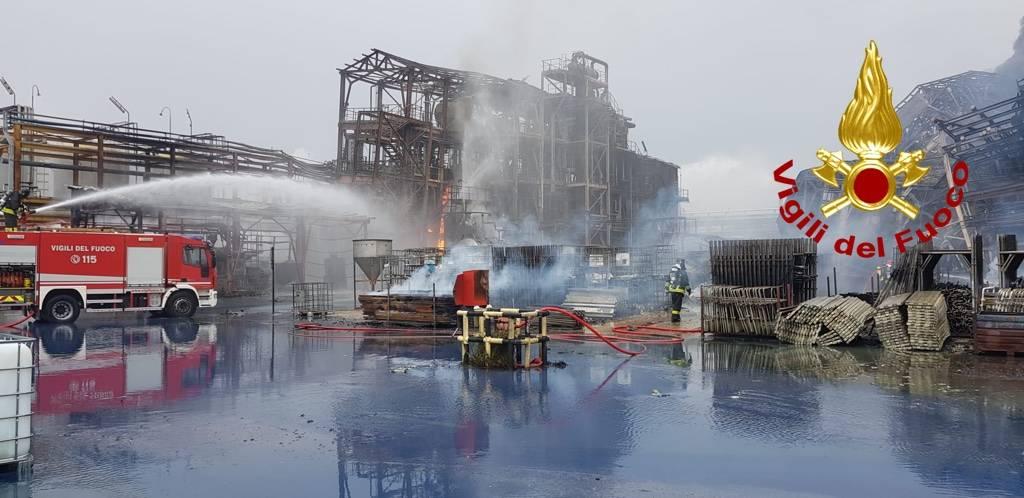 L\'incendio in una fabbrica di Porto Marghera