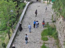 Riprende la salita al Sacro Monte per il Rosario