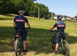 Carabinieri ciclisti controllano i boschi fra Tradate e Appiano Gentile