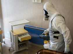 I militari della base Nato di Solbiate Olona impegnati nella sanificazione dell'ospedale di Saronno