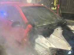 Auto in fiamme a Castellanza