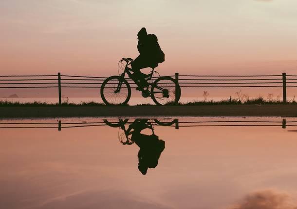 bicicletta ciclabile lago